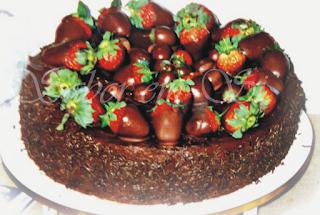 Bolo de Chocolate Decorado com Morangos Banhados e Parabéns a todas as Mulheres!