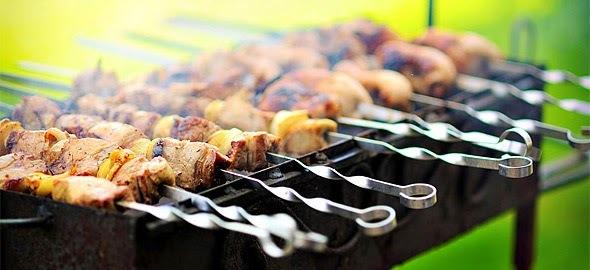 Τσικνοπέμπτη: Συνταγές και tips για το παραδοσιακό τσίκνισμα! Γιατί η καλύτερη τσίκνα μυρίζει στο… σπίτι!