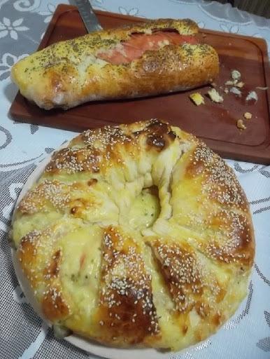 de pão de queijo recheado com presunto e mussarela