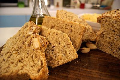de pão integral com grãos e castanhas