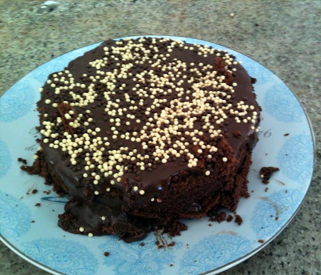 """""""Um bolo em cima da mesa faz de uma casa um lar '"""