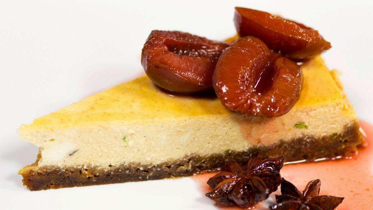 VIDEORECEPT: Perníkový cheesecake so slivkovou omáčkou (jeden z najlepších, aké som kedy jedla)