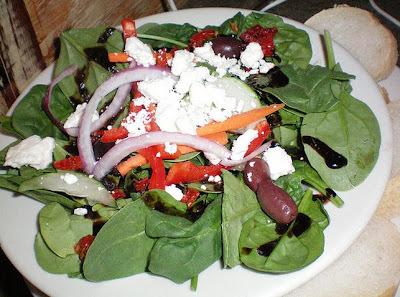 salada mediterrânea com salmão grelhado