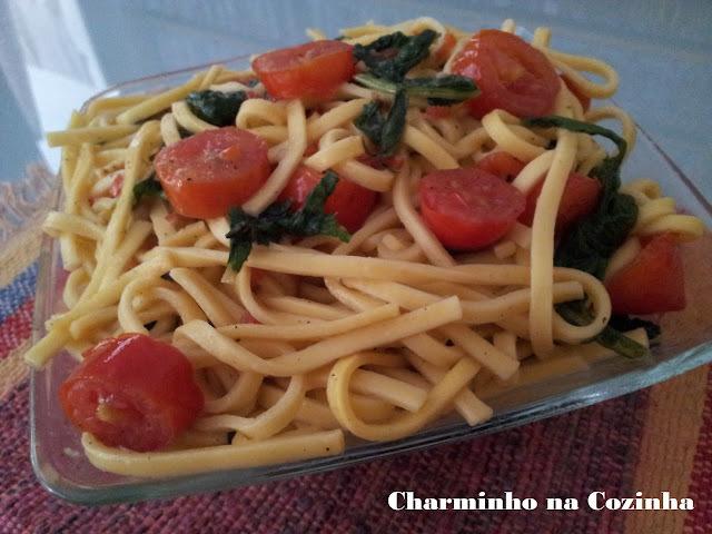 Talharim apimentado com tomatinhos e rúcula