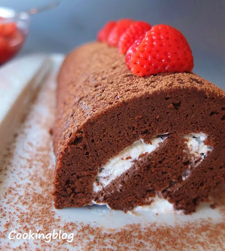 Rolo de chocolate com morangos em licor |  Chocolate roll with boozie berries