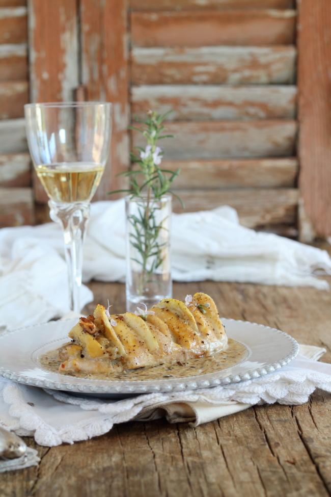 Pollo relleno con peras, nueces y gorgonzola con mermelada de setas