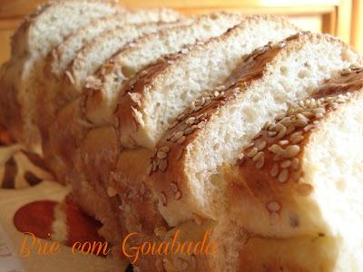 pão caseiro com recheio de goiabada