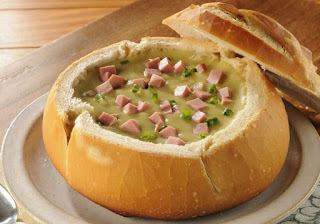 Sopa de ervilha servida no Pão italiano