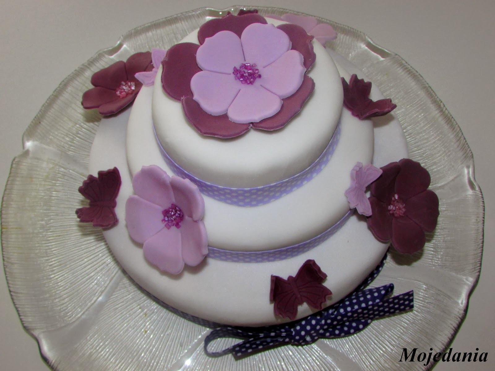 Mon gâteau d'anniversaire, ma première pièce montée et le plaisir de la pâte à sucre.