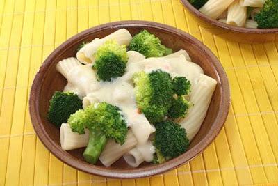 Pasta con brócoli y salsa de queso