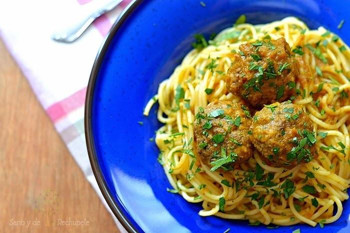 Spaghetti con albóndigas en salsa de calabaza y curry