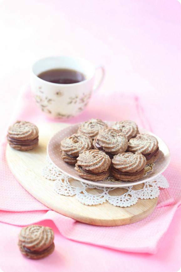 """Печенье """"Сабле"""" с корицей и шоколадным кремом / Biscoitos """"Sablés"""" com canela e recheio de chocolate"""