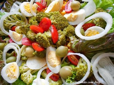Salada Caprichada e um pedido de Bolinho de Abobrinha