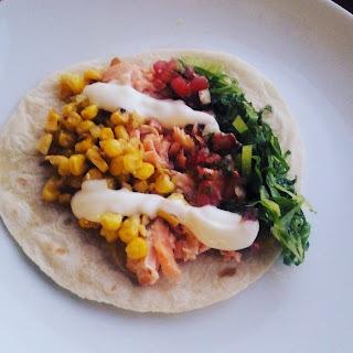 Tacos de salmón asado y verduras