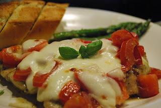 Mozzarellagratinert kylling med tomat og pesto