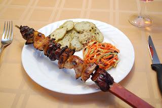 Brochette de canard, poulet et pommes...délicieuse! Salade de carottes et raisins...wow!