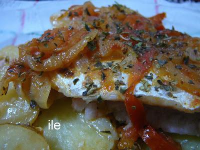 Pescado con papas, cebollas y tomates