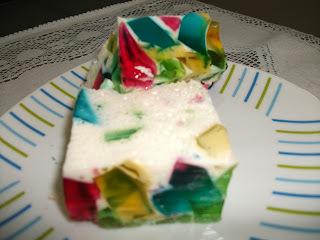 mosaico de gelatina com iogurte de morango