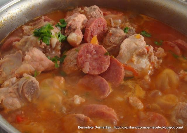 arroz com costelinha de porco com mandioca