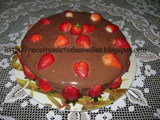 Bolo de chocolate de liquidificador com iogurte e recheio de doce de leite e morangos da Betechef