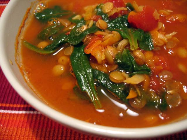 Čočková polévka s rajčaty a špenátem