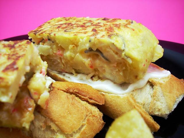 Pincho de Tortilla de Patatas con Gulas, Langostinos y Palitos de Mar
