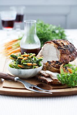 Stegt svinekam med rosmarin, spæde grøntsager og skysauce