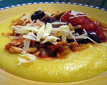 Polenta com molho de frango e tomates italianos pelados