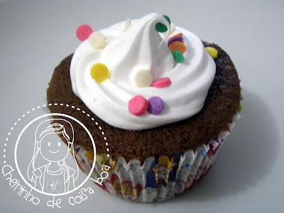 Cupcake de chocolate com recheio e cobertura