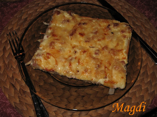 Fokhagymás-tejfölös-hagymás-baconos-sajtos pizza