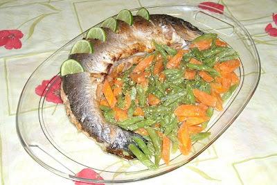 salmão inteiro assado recheado
