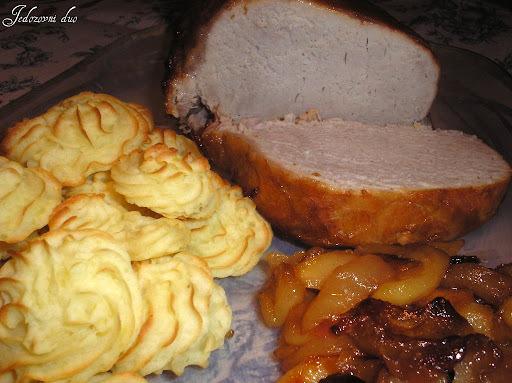 Pečenka s jabukama i puslama od pire krumpira