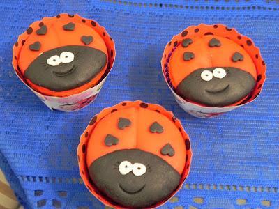 Bolo de Milho e Cupcakes de Joaninha