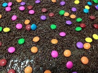 Bolo de chocolate com calda e cobertura de brigadeiro - exigências da irmã!
