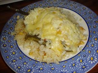 Chile relleno sobre cama de arroz blanco