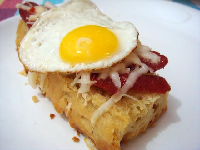 Tapa de linguiça com queijo e ovo de codorna
