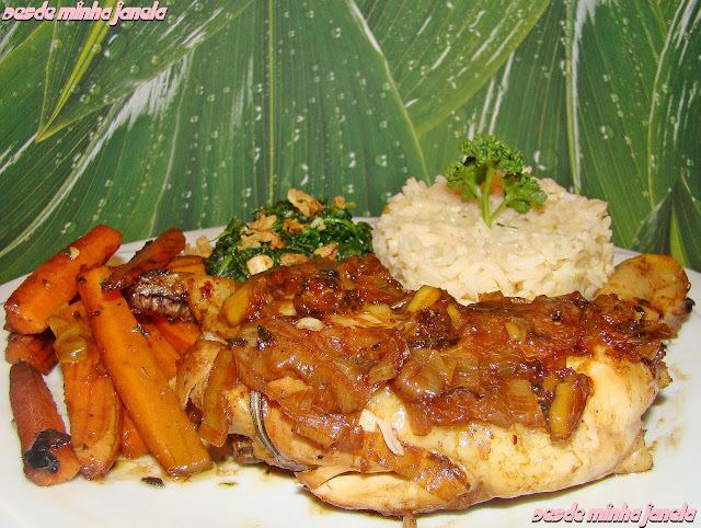 Frango assado com ervas acompanhado por arroz refogado, cenouras carameladas e espinafre com alhos crocantes