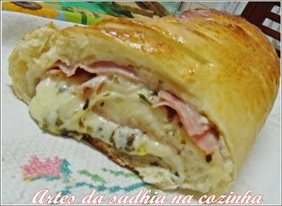 Pão de leite  recheado com tender e queijo