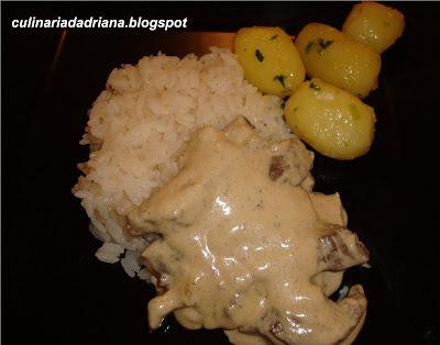 Iscas de filé com molho de gorgonzola e batatas sauté