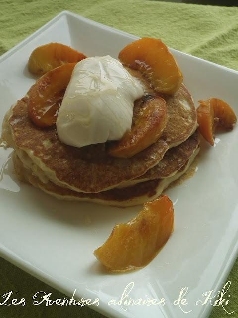 Pancakes à l'avoine coupée, pêches rôties
