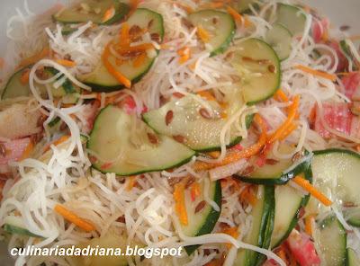 salada de bifum com kani e pepino