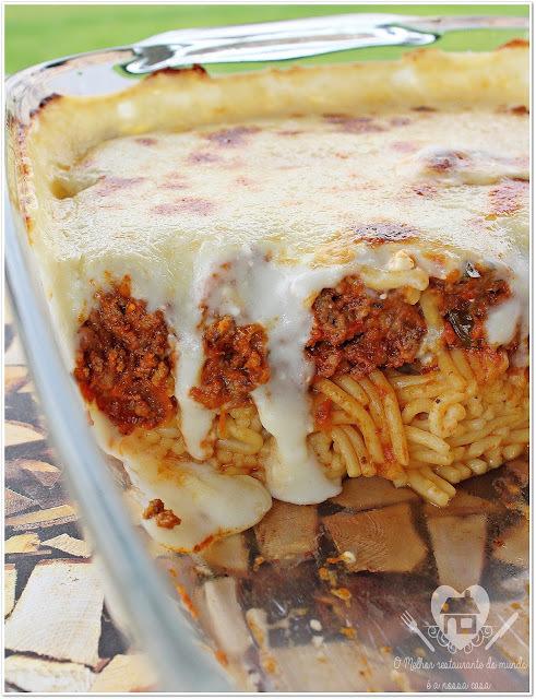 Espaguete à bolonhesa gratinado com molho branco e queijo parmesão