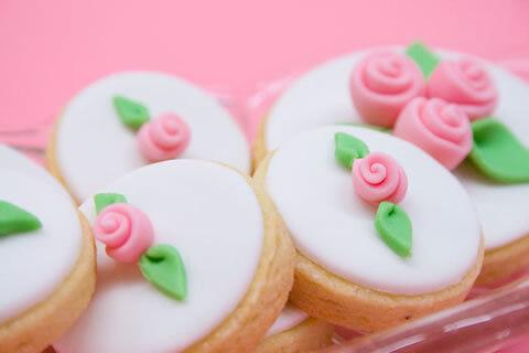 torta de cumpleaños con adorno de rosita