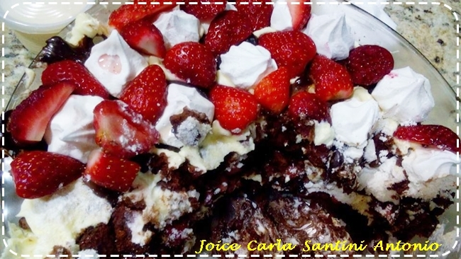 Torta de morangos com suspiros, ganache e chantilly, de Joice Carla Santini Antonio
