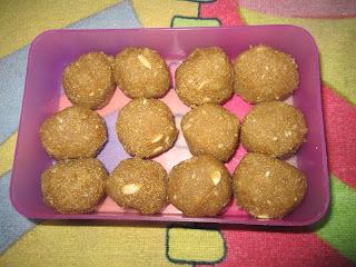 Nariyal Suji Ladoo ( Coconut Suji Ladoo)