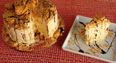 Bolo cremoso de paçoca e amendoim
