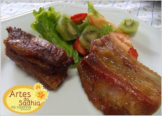 Costelinha de porco assada com salada colorida