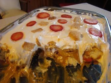 Pavê folhado de doce de leite e morangos