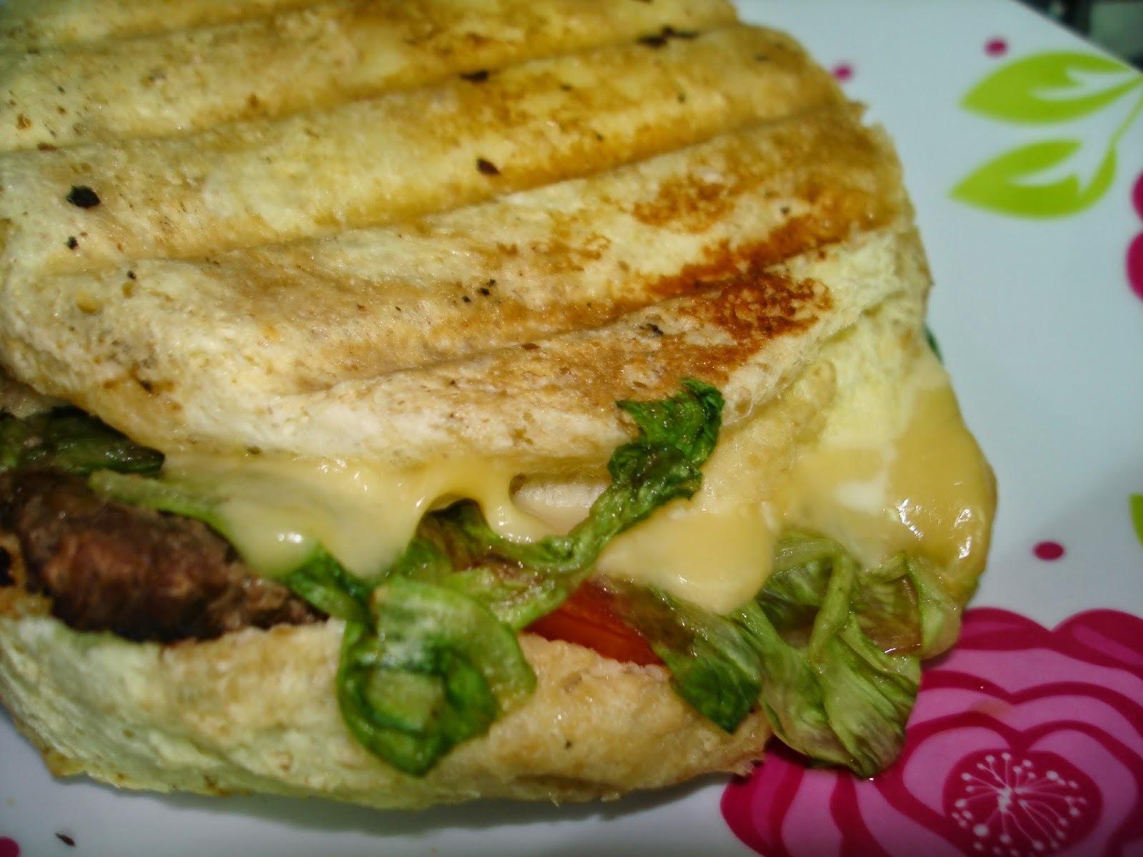 Pão de Hambúrguer (de micro-ondas) Caseiro com Hambúrguer de Frango também caseiro: você vai querer repetir a dose!
