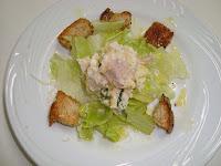 salada de alface com torradas e queijo